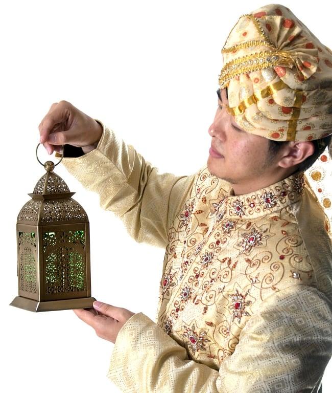 【26.5cm】モロッコスタイル スタンド型LEDキャンドルランタン【ロウソク風LEDキャンドル付き】 14 - サイズ比較のために手に持ってみました