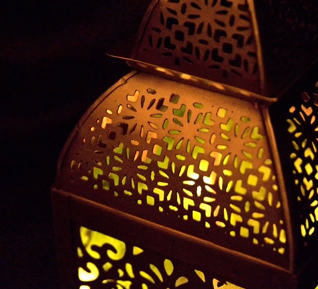 【26.5cm】モロッコスタイル スタンド型LEDキャンドルランタン【ロウソク風LEDキャンドル付き】 9 - 暗くして、中にキャンドルを入れてみました