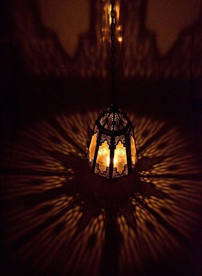 【50cm】モロッコスタイル 吊り下げ型LEDキャンドルランタン【ロウソク風LEDキャンドル付き】 5 - 暗くして、中にキャンドルを入れてみました
