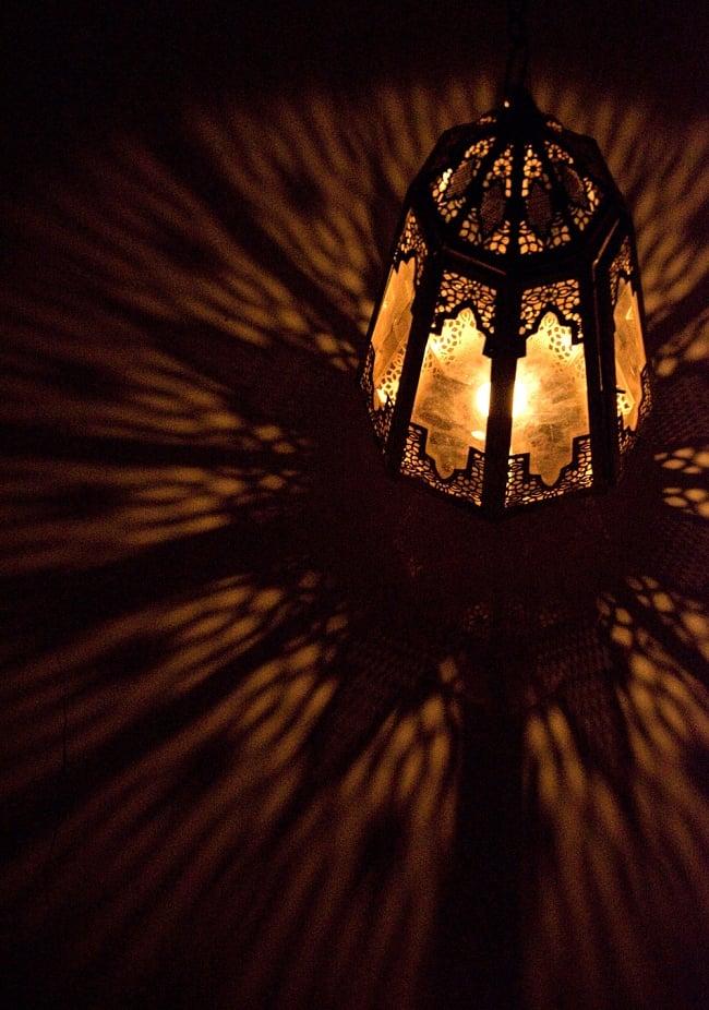 【50cm】モロッコスタイル 吊り下げ型LEDキャンドルランタン【ロウソク風LEDキャンドル付き】 6 - 暗くして、中にキャンドルを入れてみました