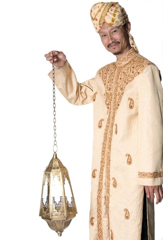 【50cm】モロッコスタイル 吊り下げ型LEDキャンドルランタン【ロウソク風LEDキャンドル付き】 8 - サイズ比較のために手に持ってみました