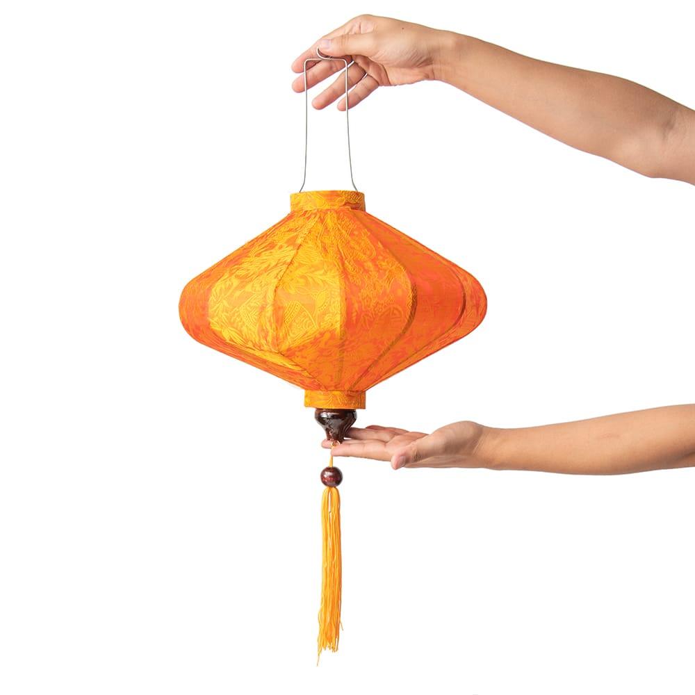 ベトナム伝統のホイアン・ランタン(提灯) - 薄ひし形(中) 11 - 手に取るとこのようなサイズ感です。