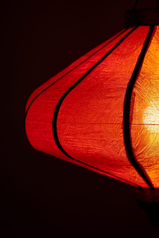 ベトナム伝統のホイアン・ランタン(提灯) - 薄ひし形(中) 4 - 拡大してみました。生地には細かな伝統模様が刻み込まれています。