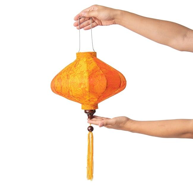 ベトナム伝統のホイアン・ランタン(提灯) - 薄ひし形(小) 11 - 手に取るとこのようなサイズ感です。