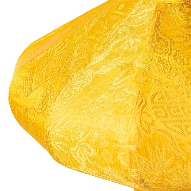 ベトナム伝統のホイアン・ランタン(提灯) - 薄ひし形(小) 8 - 生地には光沢があります。光を灯さない日中でもかわいいアイテムとして部屋を演出できます。