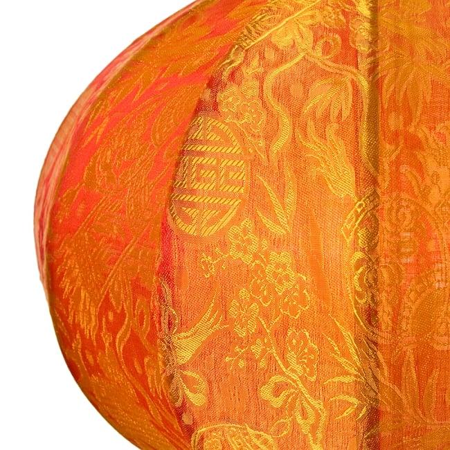 ベトナム伝統のホイアン・ランタン(提灯) - 丸型(中) 2 - 拡大してみました。生地には細かな伝統模様が刻み込まれています。