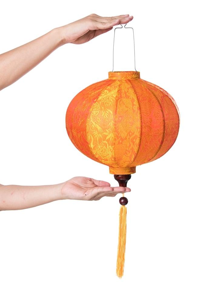 ベトナム伝統のホイアン・ランタン(提灯) - 丸型(中) 8 - サイズ感の比較のため手に持ってみました。