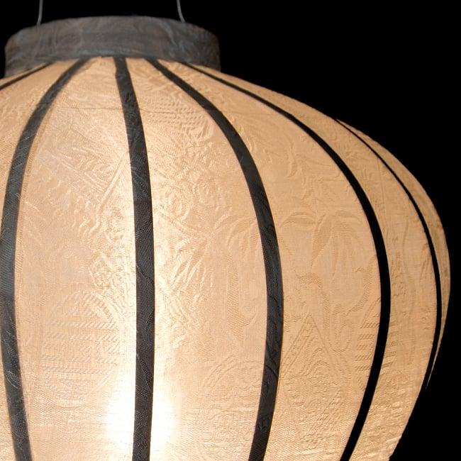 ベトナム伝統のホイアン・ランタン(提灯) - ほおずき型(大) 6 - 点灯していても伝統的な柄が見えます。