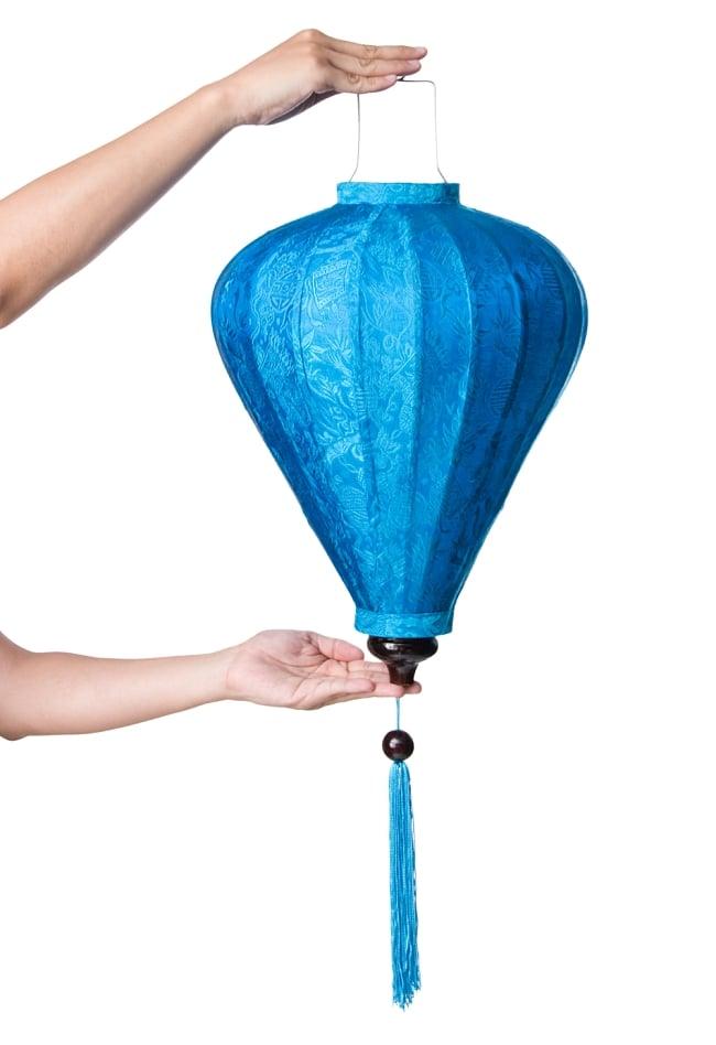ベトナム伝統のホイアン・ランタン(提灯) - ほおずき型(大) 8 - サイズ感の比較のため手に持ってみました。