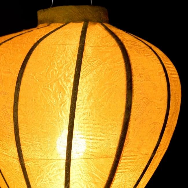 ベトナム伝統のホイアン・ランタン(提灯) - ほおずき型(中) 6 - 点灯していても伝統的な柄が見えます。
