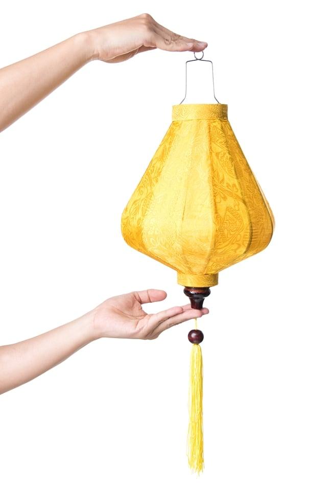 ベトナム伝統のホイアン・ランタン(提灯) - ダイヤ型(中) 8 - サイズ感の比較のため手に持ってみました。
