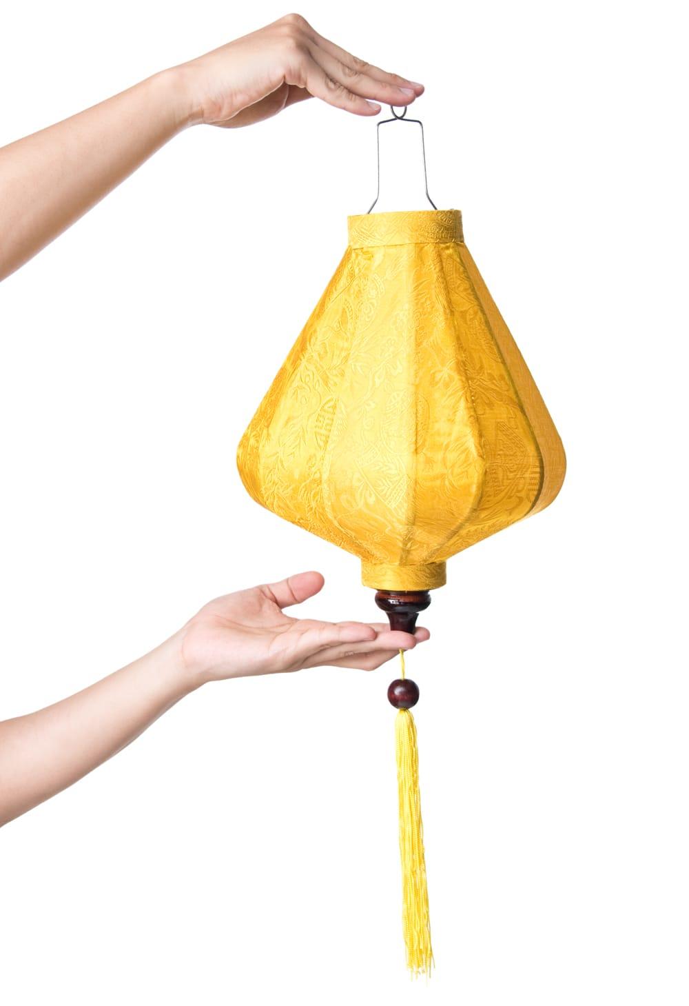 ベトナム伝統のホイアン・ランタン(提灯) - ダイヤ型(小) 8 - サイズ感の比較のため手に持ってみました。