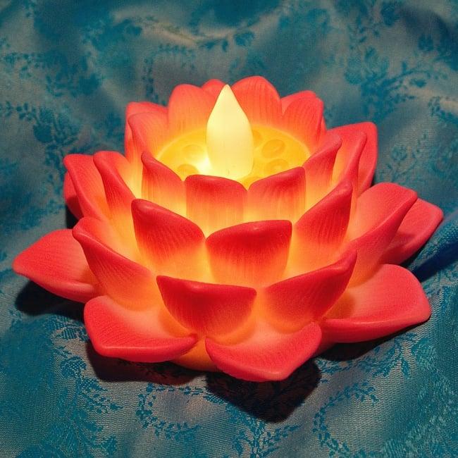 ゆらめく睡蓮の灯り  ロウソク風LEDロータスキャンドルライト〔6.5cm×11.8cm〕 3 - 点灯しながら蝋燭みたいに光ります