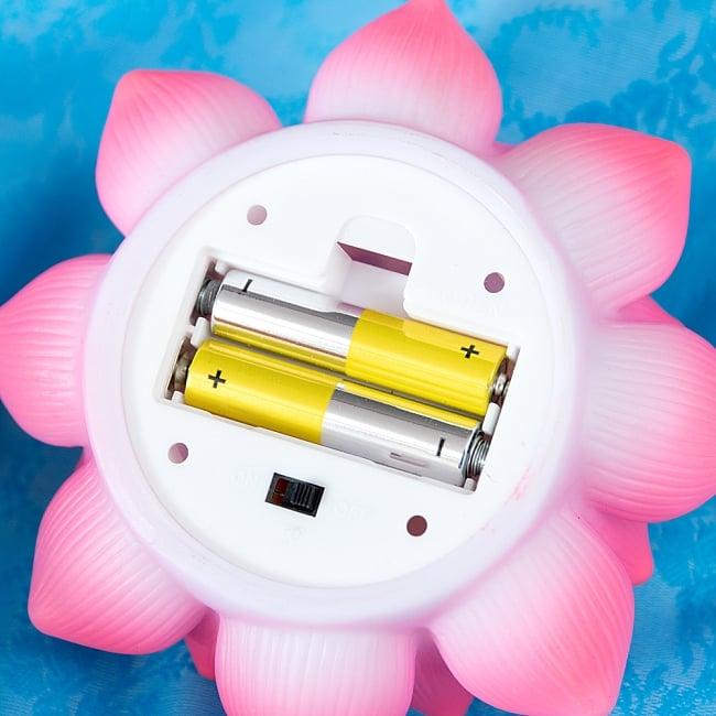 ゆらめく睡蓮の灯り  ロウソク風LEDロータスキャンドルライト〔6.5cm×11.8cm〕 8 - 単4電池2本で動きます。*電池は付属いたしません。