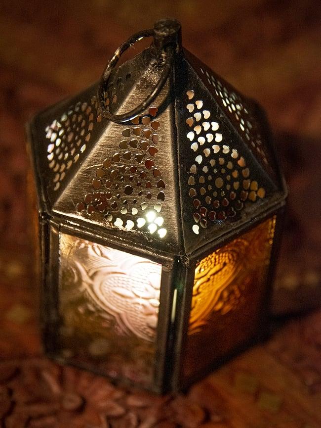 モロッコスタイルの透かし彫りキャンドルランタン【ロウソク風LEDキャンドル付き】 - 【レッド】約11×8cm 2 - 全体写真です