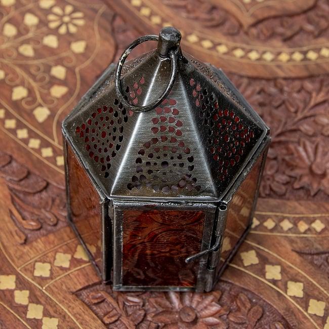 モロッコスタイルの透かし彫りキャンドルランタン【ロウソク風LEDキャンドル付き】 - 【レッド】約11×8cm 4 - 模様の付いた色とりどりのガラスが嵌め込まれていて、とても雰囲気があります。