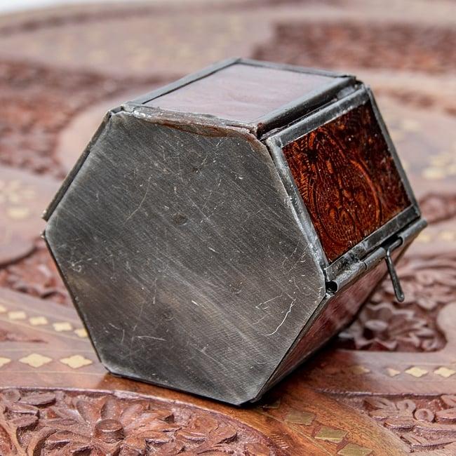 モロッコスタイルの透かし彫りキャンドルランタン【ロウソク風LEDキャンドル付き】 - 【レッド】約11×8cm 7 - 裏面の様子です。