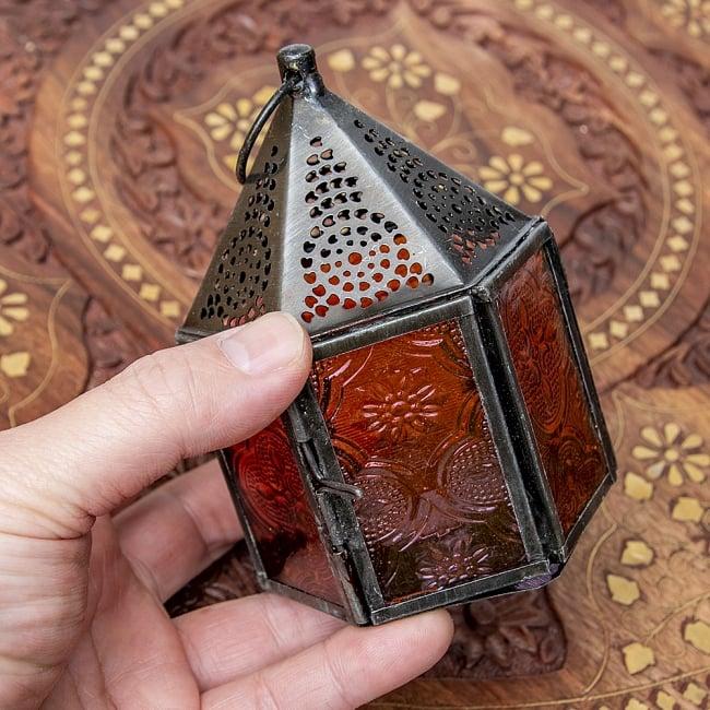 モロッコスタイルの透かし彫りキャンドルランタン【ロウソク風LEDキャンドル付き】 - 【レッド】約11×8cm 9 - サイズ比較のため手に持ってみました。