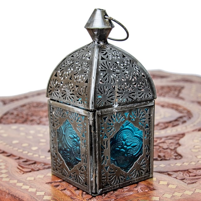 モロッコスタイルの透かし彫りキャンドルランタン【ロウソク風LEDキャンドル付き】 - 【ブルー】約14×6.5cm 3 - 明るい部屋で見てみました。キャンドルを灯していなくても可愛いですね!