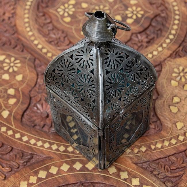モロッコスタイルの透かし彫りキャンドルランタン【ロウソク風LEDキャンドル付き】 - 【ブルー】約14×6.5cm 4 - 模様の付いた色とりどりのガラスが嵌め込まれていて、とても雰囲気があります。