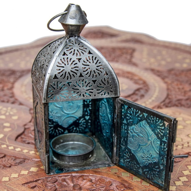 モロッコスタイルの透かし彫りキャンドルランタン【ロウソク風LEDキャンドル付き】 - 【ブルー】約14×6.5cm 8 - この状態でLEDキャンドルを入れます