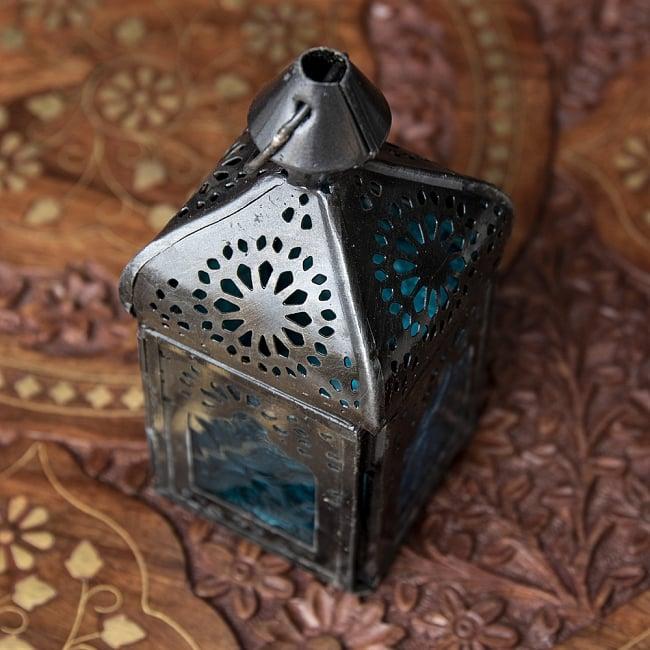 モロッコスタイルの透かし彫りLEDキャンドルランタン〔ロウソク風LEDキャンドル付き〕 - 〔ブルー〕約12.5×5.5cm 4 - 模様の付いた色とりどりのガラスが嵌め込まれていて、とても雰囲気があります。
