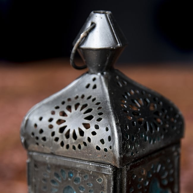 モロッコスタイルの透かし彫りLEDキャンドルランタン〔ロウソク風LEDキャンドル付き〕 - 〔ブルー〕約12.5×5.5cm 5 - モロッコランプ特有の美しい切り抜き細工。