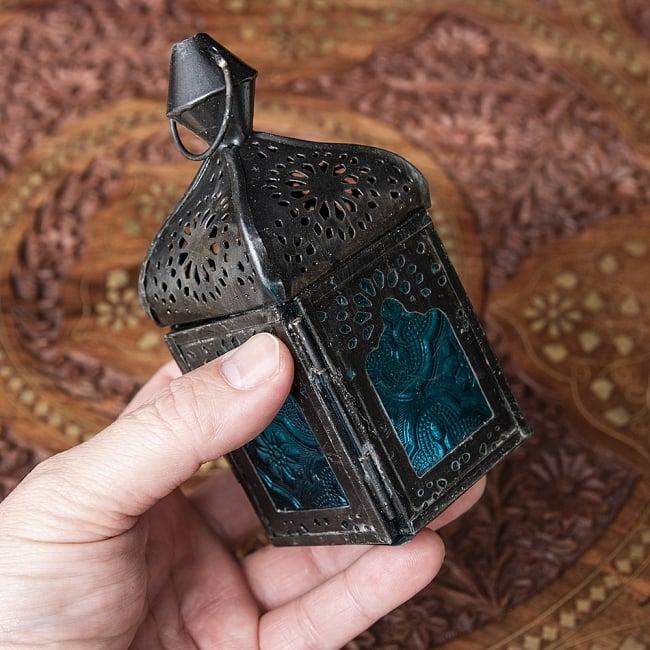 モロッコスタイルの透かし彫りLEDキャンドルランタン〔ロウソク風LEDキャンドル付き〕 - 〔ブルー〕約12.5×5.5cm 9 - サイズ比較のため手に持ってみました。