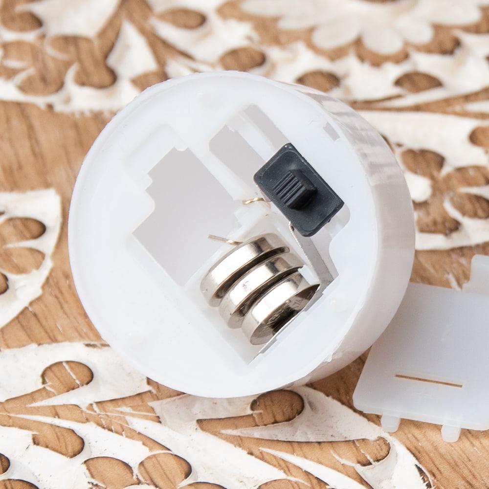 ゆらめく灯火 ロウソク風LEDキャンドルライト 乳白色タイプ 3 - 裏面にON-OFFのスイッチが付いています