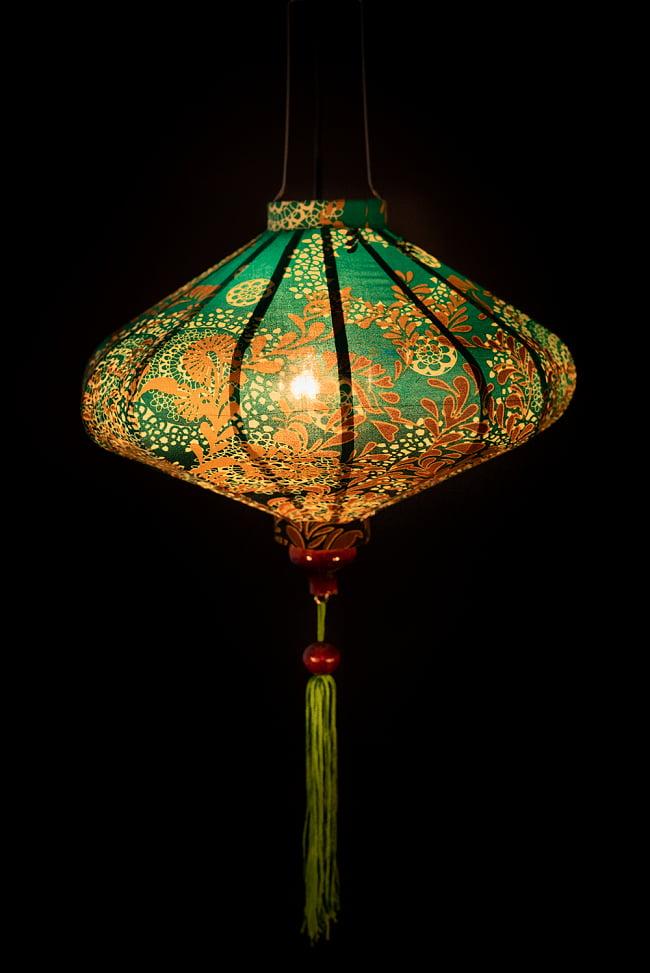 華やかな柄入り ベトナム伝統のホイアン・ランタン〔提灯〕 - 薄ひし形〔更紗模様〕 2 - 点灯してみました。アジアンなムードたっぷりのランタンです。