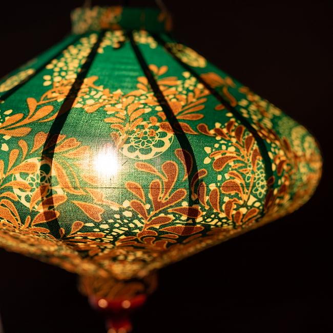 華やかな柄入り ベトナム伝統のホイアン・ランタン〔提灯〕 - 薄ひし形〔更紗模様〕 4 - 拡大したところです