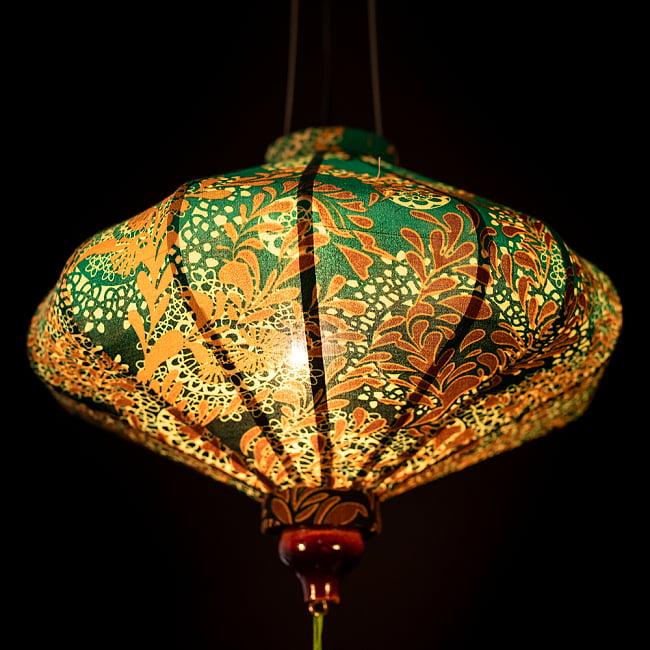 華やかな柄入り ベトナム伝統のホイアン・ランタン〔提灯〕 - 薄ひし形〔更紗模様〕 5 - 角度を変えてみてみました。