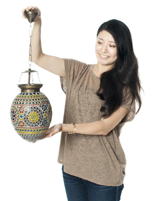 吊り下げランプ【直径約18cm】の写真7 - 女性が手にとってみるとこれくらいの大きさです。