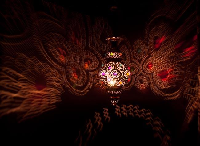 吊り下げタイプ - 糸巻き型ハーレムランプ【55cm】の写真2 - 暗いところで撮影しました。上の写真よりも遠くから撮影しています。