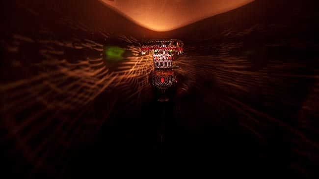 壁掛 - アラビアンナイト風ハーレムランプ-銀色【45cm】の写真2 - 暗いところで撮影してみました。上の写真はアップですが、こちらはちょっと遠いところから撮影しました