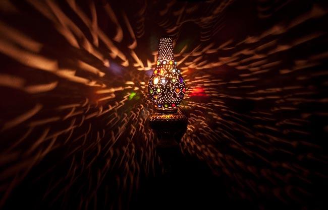 壁掛 - 縦型タイプ・ハーレムランプ-銀色【57cm】の写真2 - 暗いところで撮影してみました。上の写真はアップですが、こちらはちょっと遠いところから撮影しました
