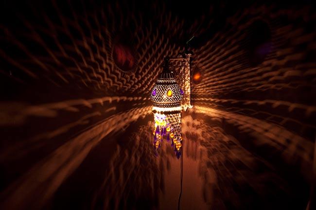 壁掛 - クラゲ風ハーレムランプ【50cm】の写真2 - 暗いところで撮影してみました。上の写真はアップですが、こちらはちょっと遠いところから撮影しました