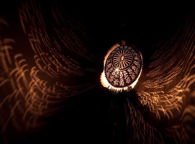 壁掛 - 卵型ハーレムランプ【33cm】の写真2 - 暗いところで撮影してみました。上の写真はアップですが、こちらはちょっと遠いところから撮影しました