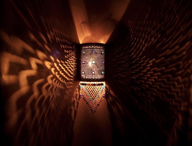 壁掛 - 角形ハーレムランプ【55cm】の写真2 - 暗いところで撮影してみました。上の写真はアップですが、こちらはちょっと遠いところから撮影しました