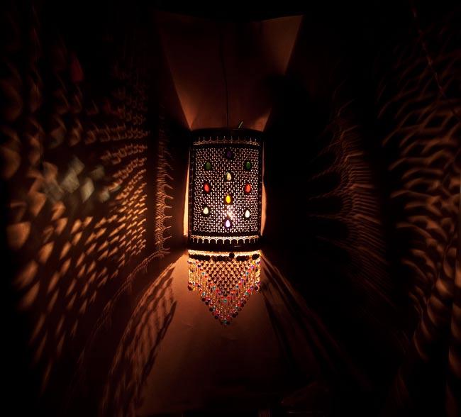 壁掛 - 角形ハーレムランプ【66cm】の写真2 - 暗いところで撮影してみました。上の写真はアップですが、こちらはちょっと遠いところから撮影しました