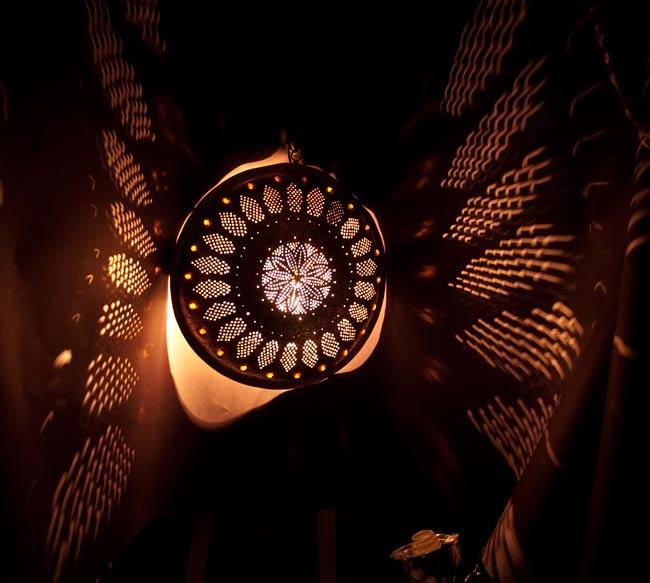 壁掛けタイプ - 丸形ハーレムランプ【大】の写真2 - 暗いところで撮影してみました。上の写真はアップですが、こちらはちょっと遠いところから撮影しました。ランプの廻りから漏れている光は背景がゆがんでいるからです。きちんとした壁につけた場合、そんなに光は漏れません