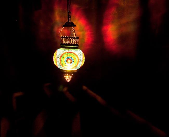 天吊 - カラフルモザイク・ハーレムランプの写真2 - 暗いところで撮影しました。上の写真よりも遠くから撮影しています。