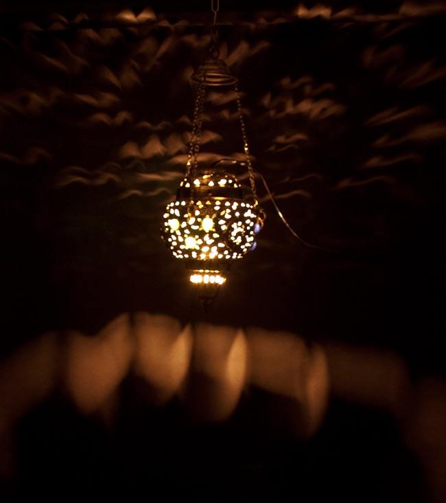アラビアンナイト風ハーレムランプ-銀色【45cm】の写真4 - 暗いところで撮影してみました。光がきれいですね