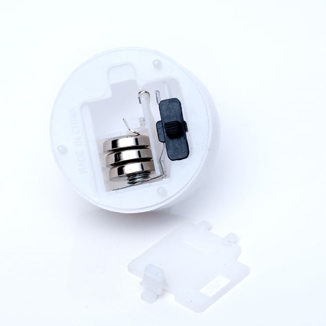 【お得!12個セット】ゆらめく灯火 ロウソク風LEDキャンドルライトの写真4 - ボタン電池も付属します。交換可能なので電池をかえれば何回も使用可能です。