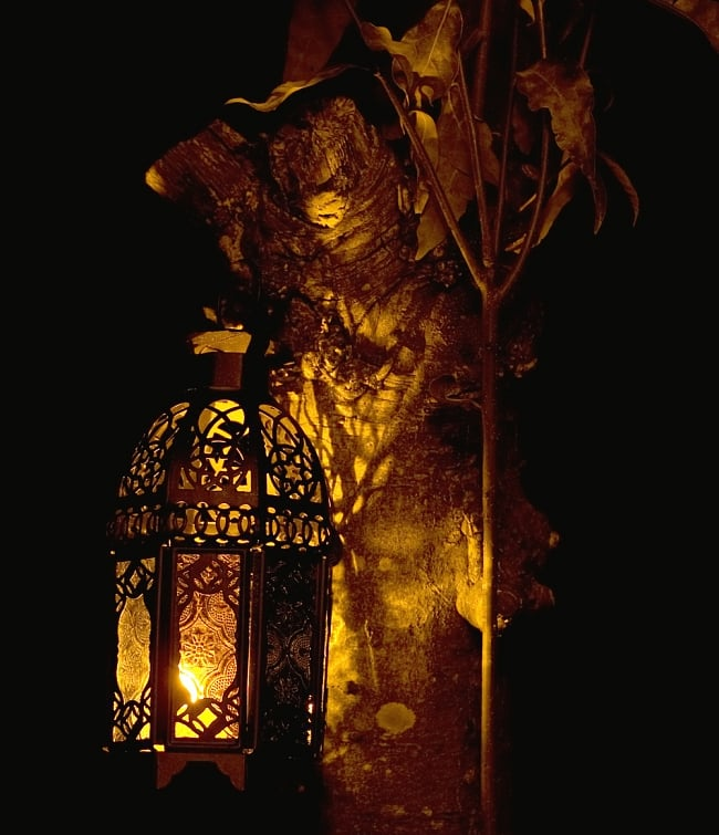 【お得!24個セット】ゆらめく灯火 ロウソク風LEDキャンドルライトの写真5 - 当店で別売りしているLED用のランタンに入れてみたところです。光りが本物のロウソクのようにゆらぐので、とても雰囲気があります。