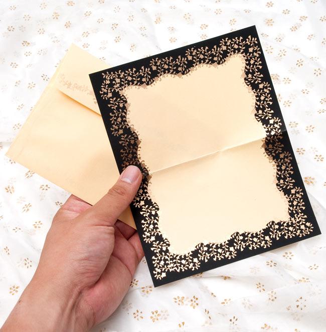 インドのレターセット - CHANDRAJA【黄土色】の写真3 - サイズを感じていただく為、色違いの物を手に持ってみたところです。