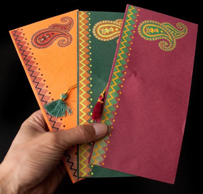 インドの封筒 - Dhananjay 5 - サイズ比較のために手に持ってみました。他の封筒と比べ、横幅が22cmと大きめです。