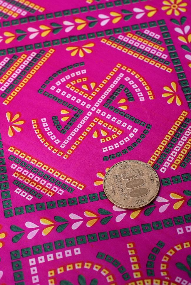 インド伝統のラッピング用紙 - 赤紫(5枚セット) 2 - 細部のデザインを拡大しました。500円玉をサイズのご参考にどうぞ