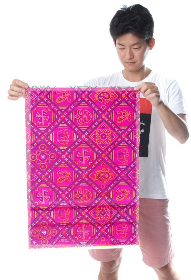 インド伝統のラッピング用紙 - 赤紫(5枚セット) 3 - 男性スタッフが持つとこれくらいの大きさです。大きさのご参考にしてくださいませ