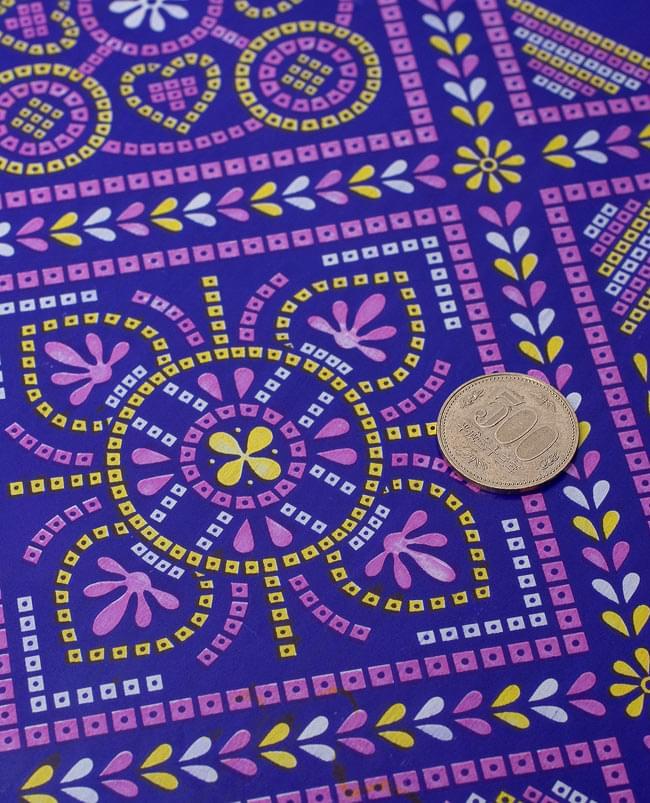 インド伝統のラッピング用紙 - 濃青(5枚セット)の写真2 - 細部のデザインを拡大しました。500円玉をサイズのご参考にどうぞ